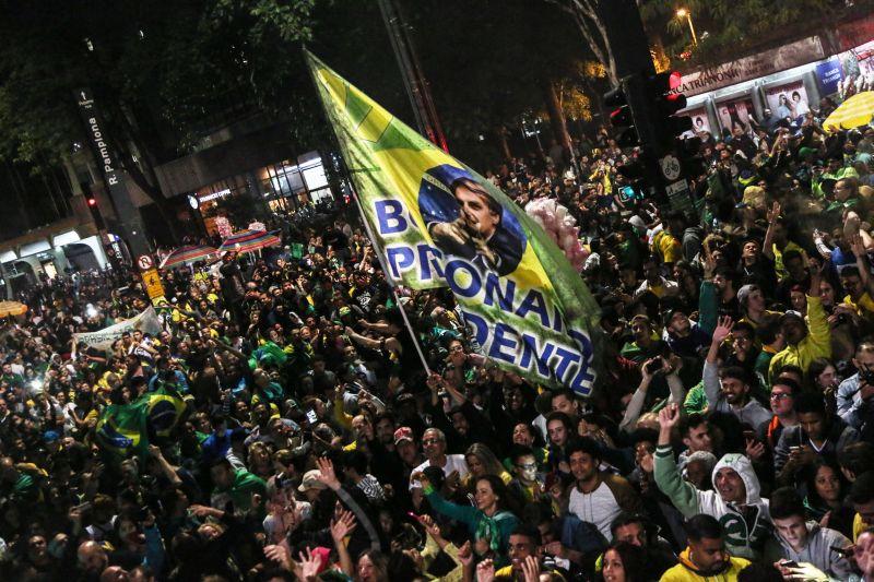 Сторонники Жаира Болсонару празднуют его победу на выборах президента Бразилии