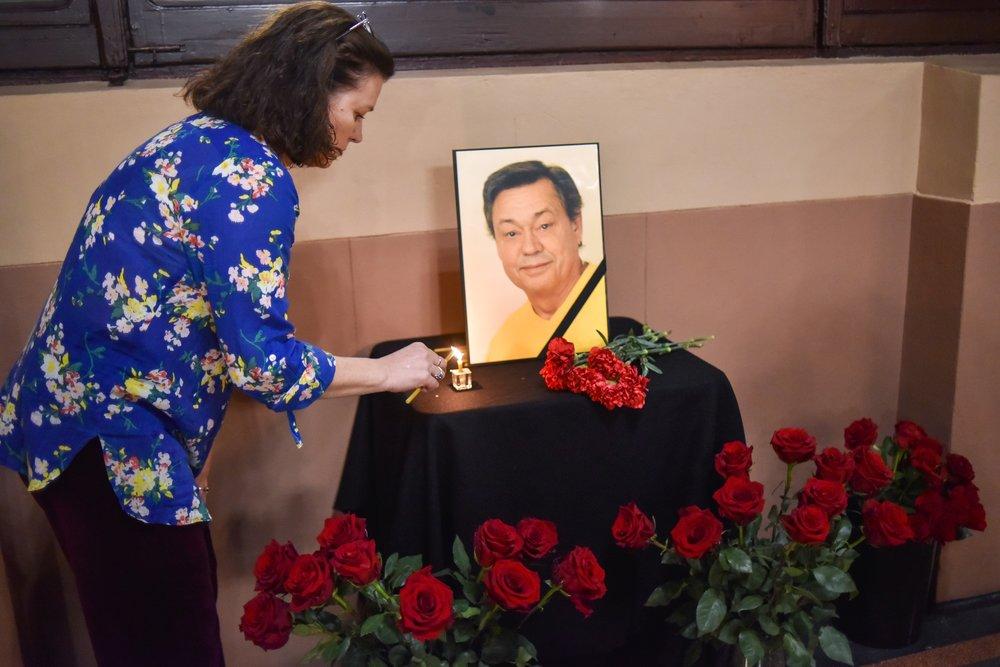 Цветы и свечи в память о народном артисте РСФСР Николае Караченцове