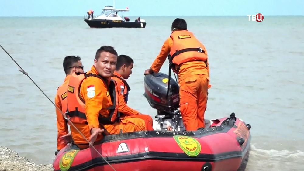 Спасатели Индонезии на месте крушения Boeing 737