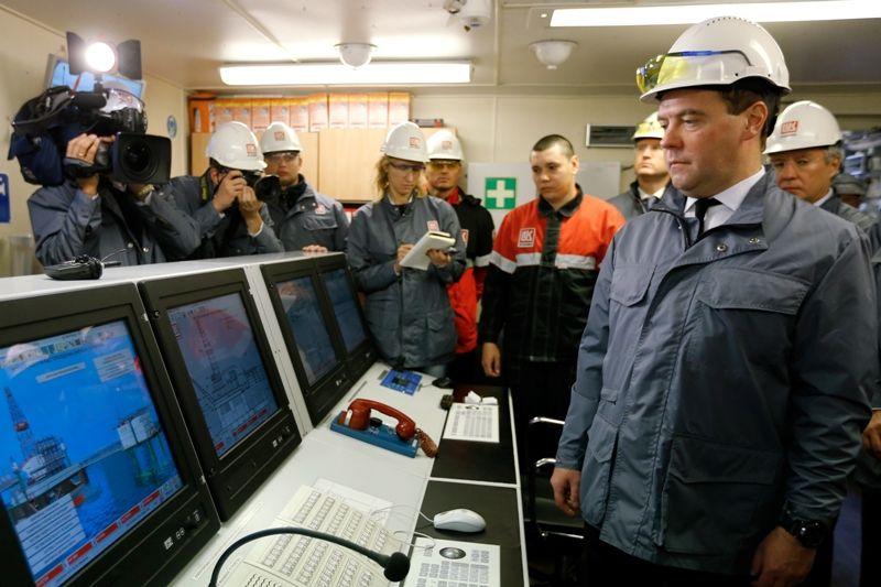 Дмитрий Медведев в пункте управления нефтяной платформой