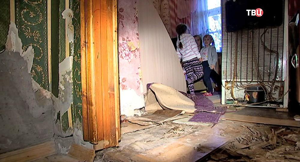 Поврежденная стена в жилом доме