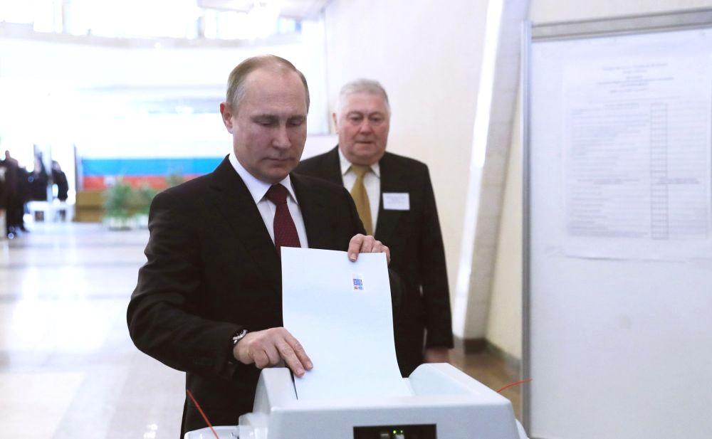 Владимир Путин на избирательном участке