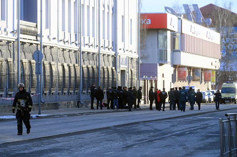 Сотрудники полиции и МЧС РФ у входа в здание управления ФСБ по Архангельской области