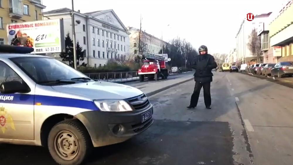 Экстренные службы у входа в здание управления ФСБ по Архангельской области