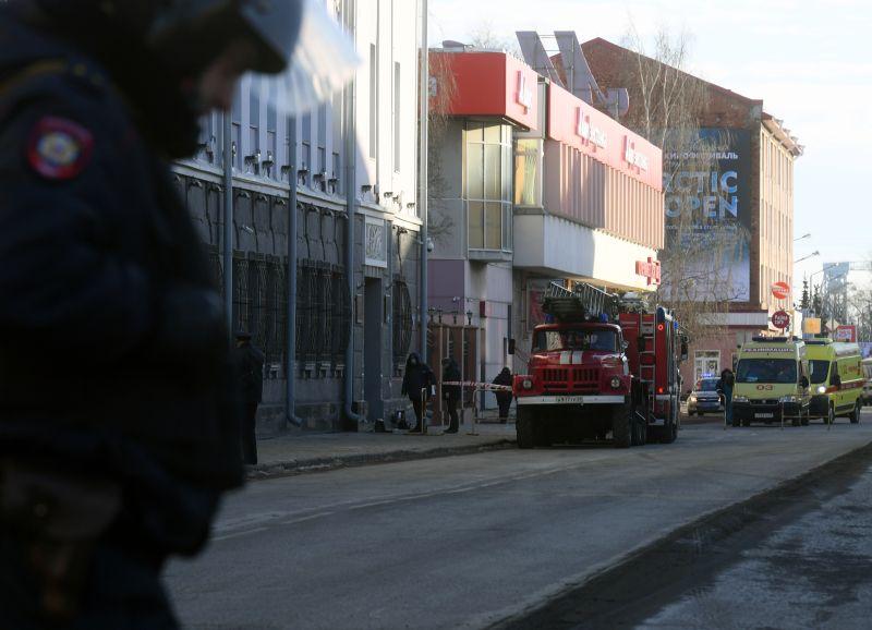 Сотрудники полиции и МЧС у входа в здание ФСБ в Архангельске, где произошел взрыв