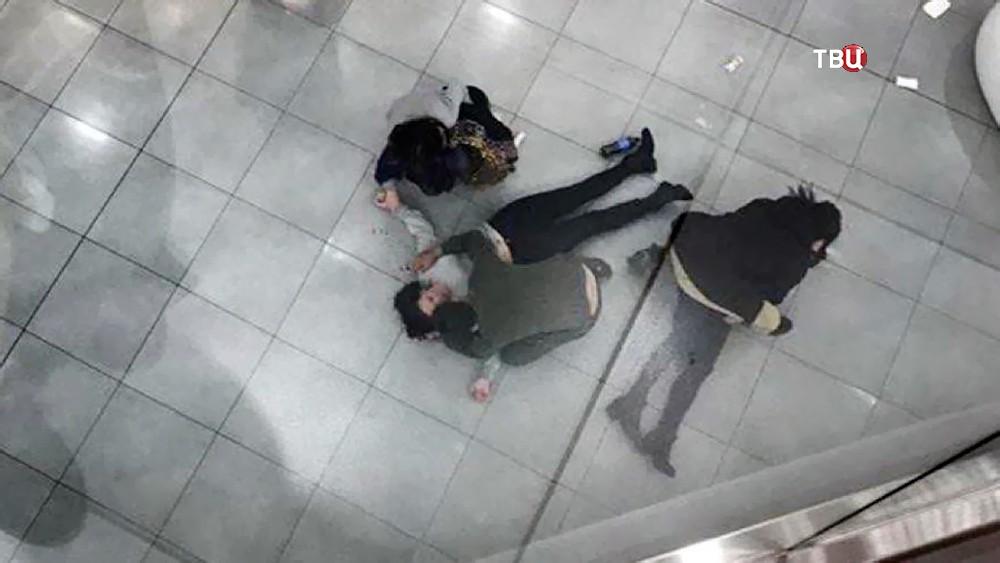 Последствия падения женщины с четвертого этажа в ТЦ