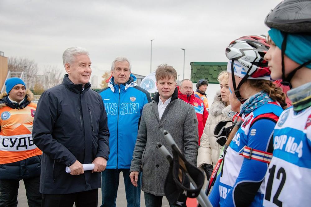 Сергей Собянин общается с юными спортсменами
