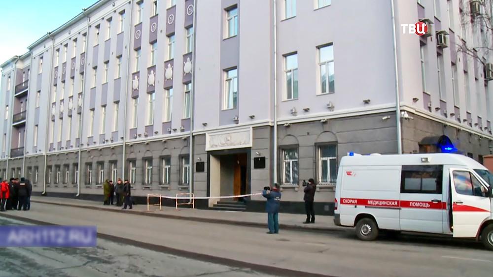 Экстренные службы у здания управления ФСБ по Архангельской области