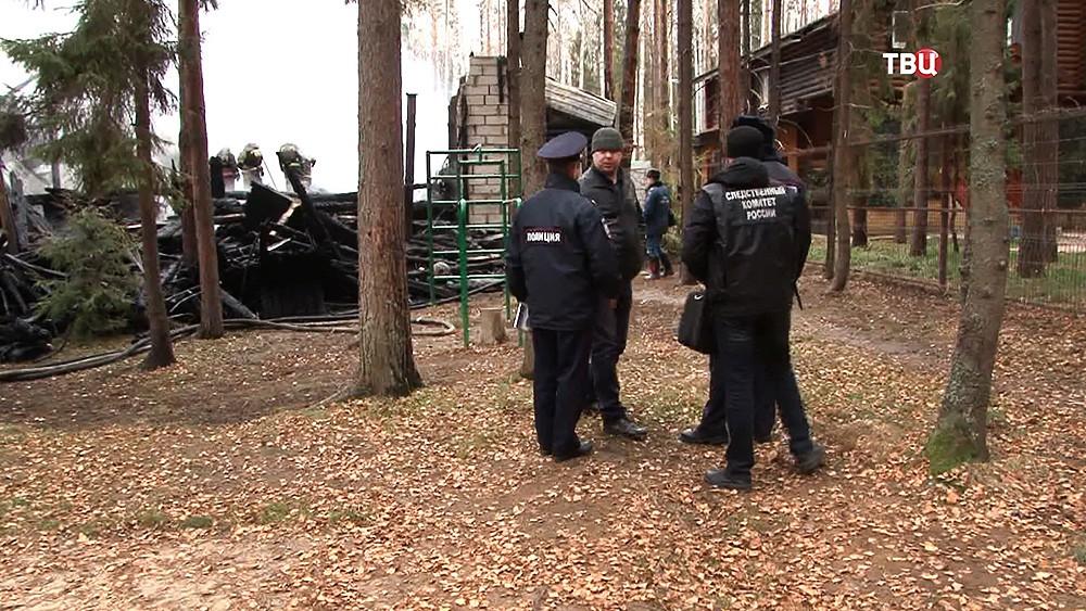 Следственные действия на месте пожара в нижегородской базе отдыха