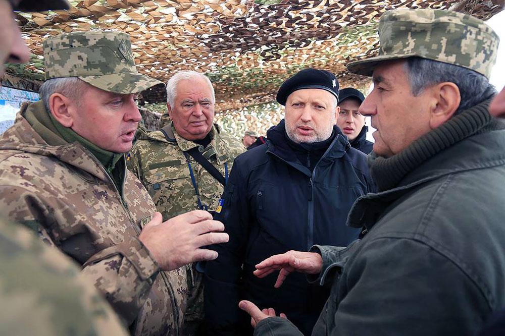 Александр Турчинов на военных учениях