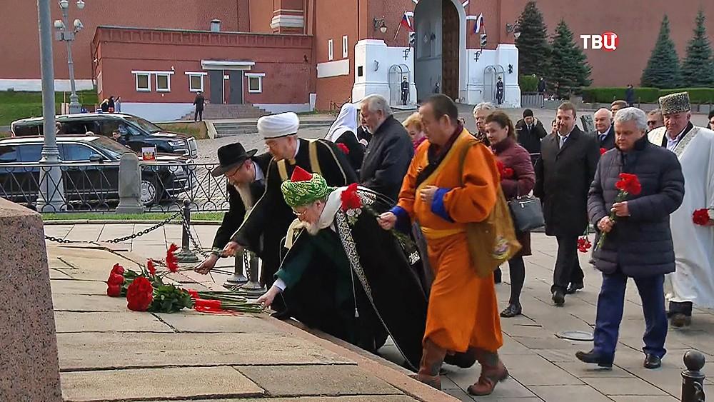 Главы реллигиозных конфесий России возложили цветы к памятнику Минину и Пожарскому в Москве