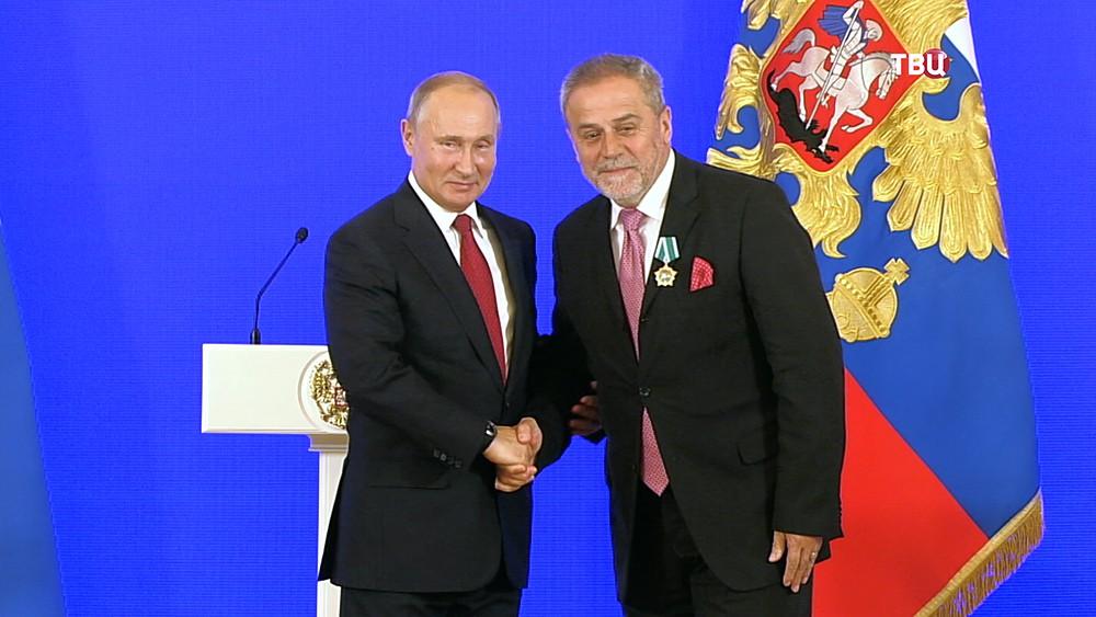 Президент России Владимир Путин вручает госнаграды