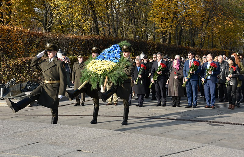 Возложение цветов к могиле Неизвестного солдата в Киеве