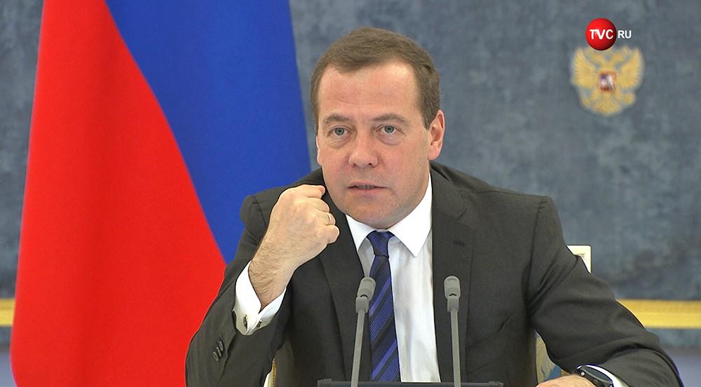 Дмитрий Медведев грозится кулаком