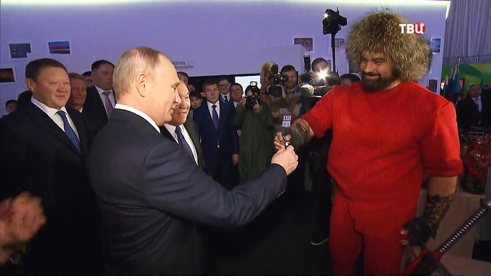 Путин в Казахстане получил в подарок завязанный в узел гвоздь