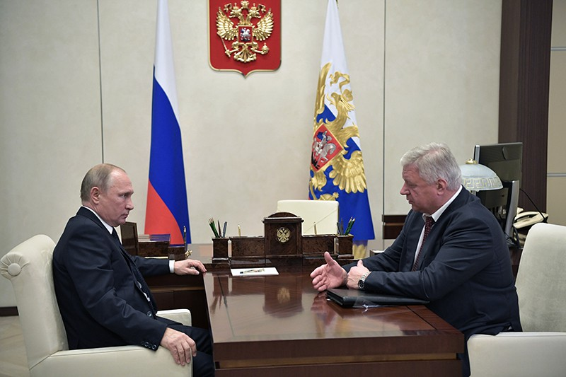Владимир Путин и председатель Федерации независимых профсоюзов России Михаил Шмаков