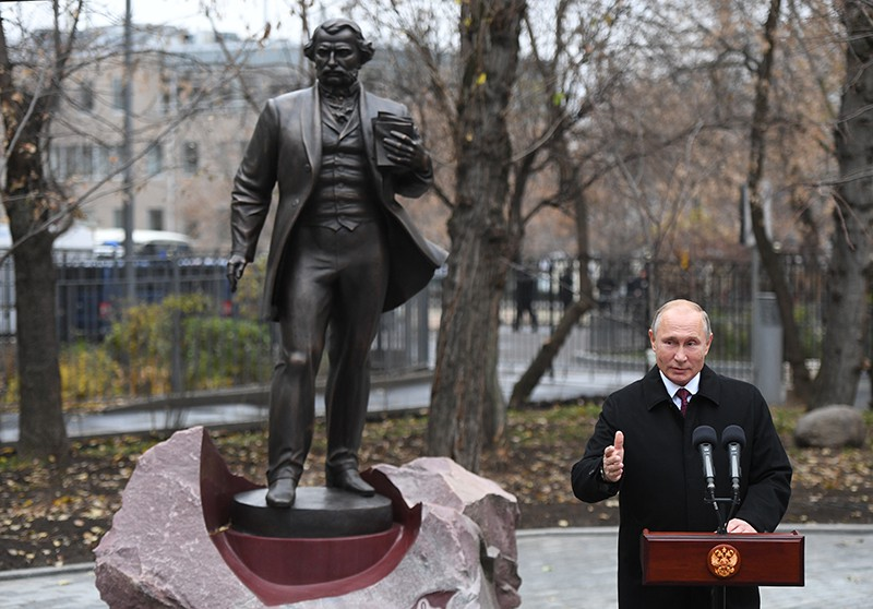 Владимир Путин выступает на церемонии открытия памятника И. С. Тургеневу
