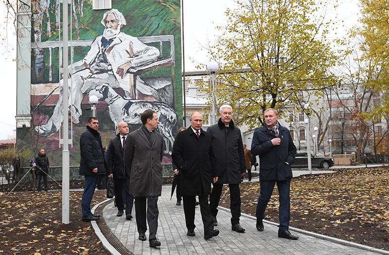 Владимир Путин и Сергей Собянин на церемонии открытия памятника И. С. Тургеневу