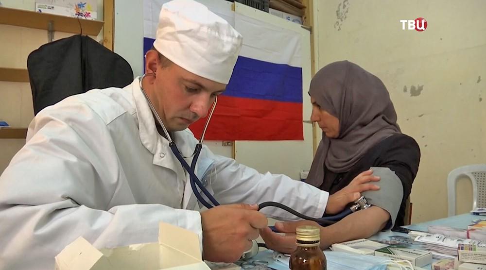 Врач осматривает пациентку в Сирии