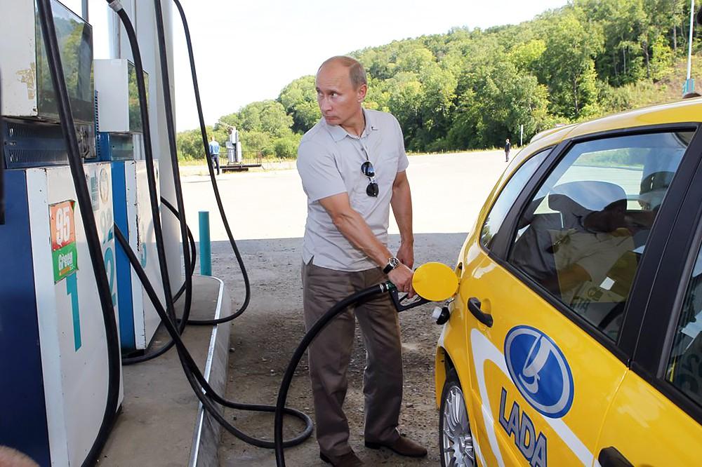 Владимир Путин заправляет автомобиль на АЗС