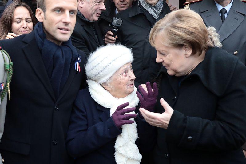 Эмманюэль Макрон, Ангела Меркель и пожилая француженка (в центре)