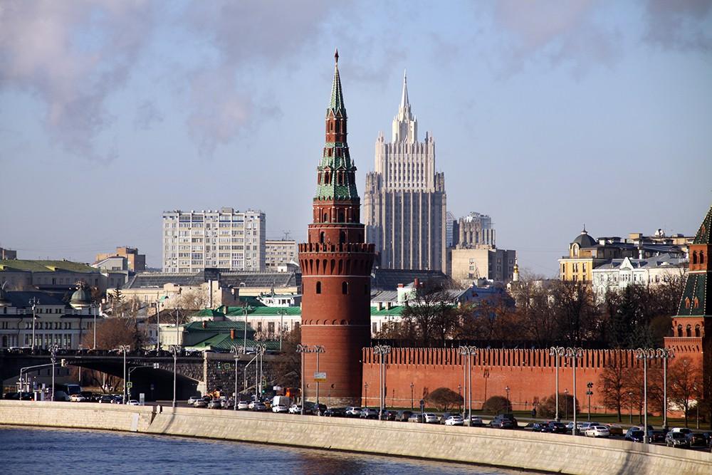 Кремль на фоне здания МИД России