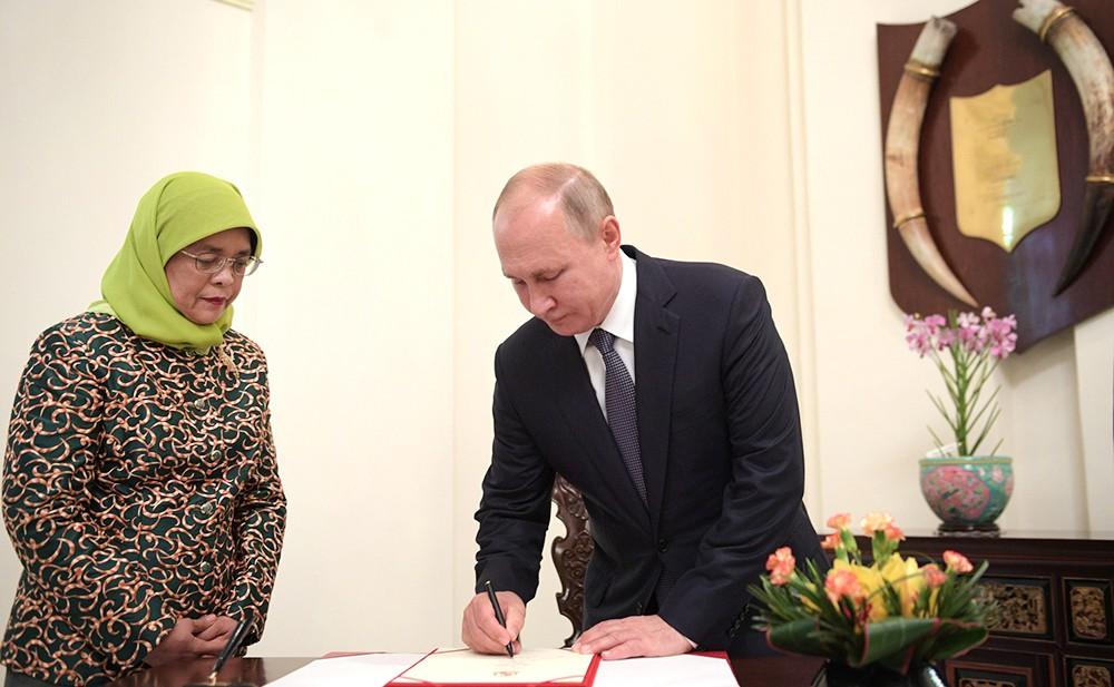 Владимир Путин и президенто Сингапура Халима Якоб