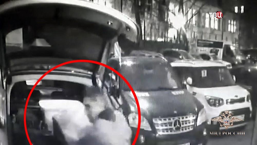 Момент кражи из автомобиля