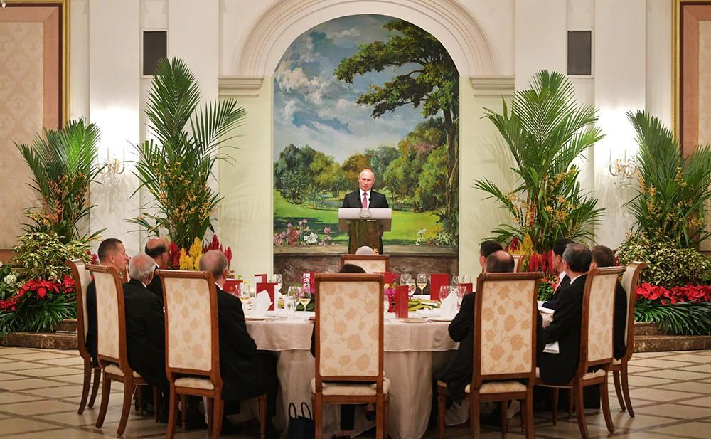 Владимир Путин на государственном приёме в Сингапуре