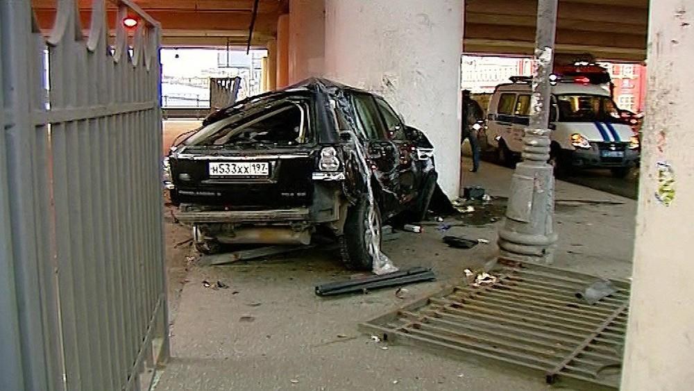 Последствия падения автомобиля Range Rover с эстакады