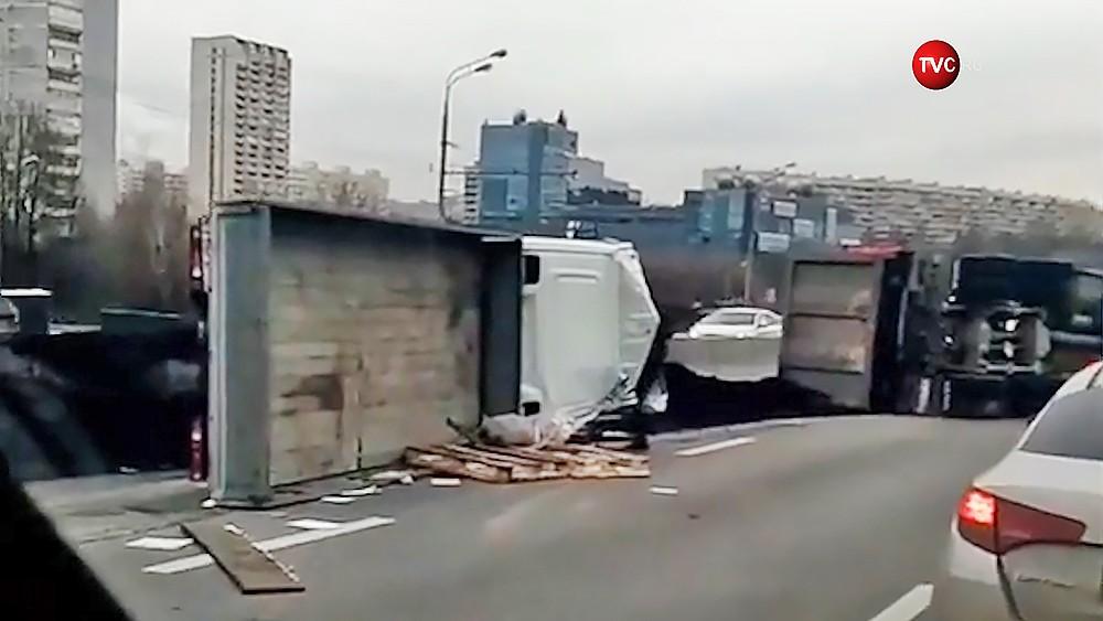 Последствия ДТП с участием грузовика и Газели