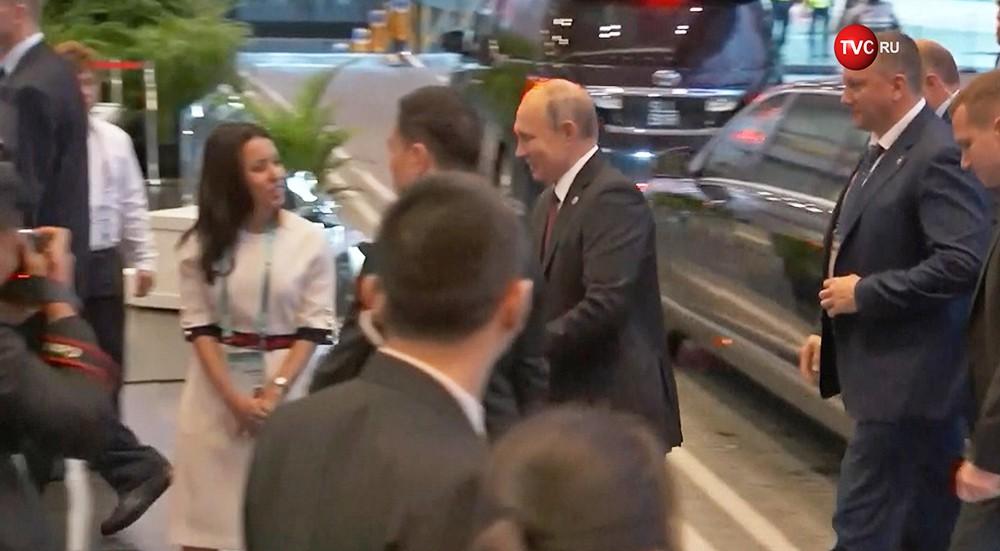 Владимир Путин проходит через металлоискатель в Сингапуре