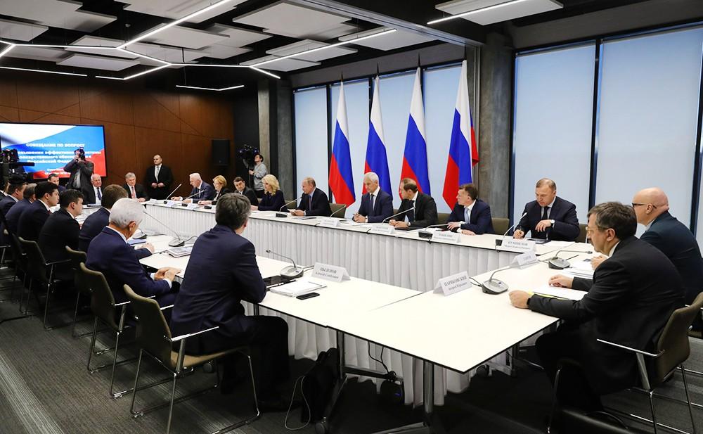 Владимир Путин проводит заседание