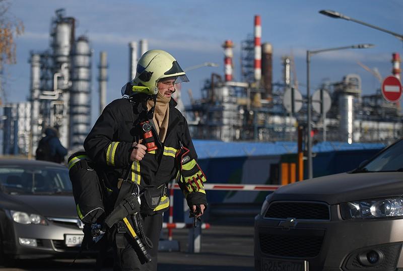 Сотрудник пожарной службы у Московского нефтеперерабатывающего завода в Капотне