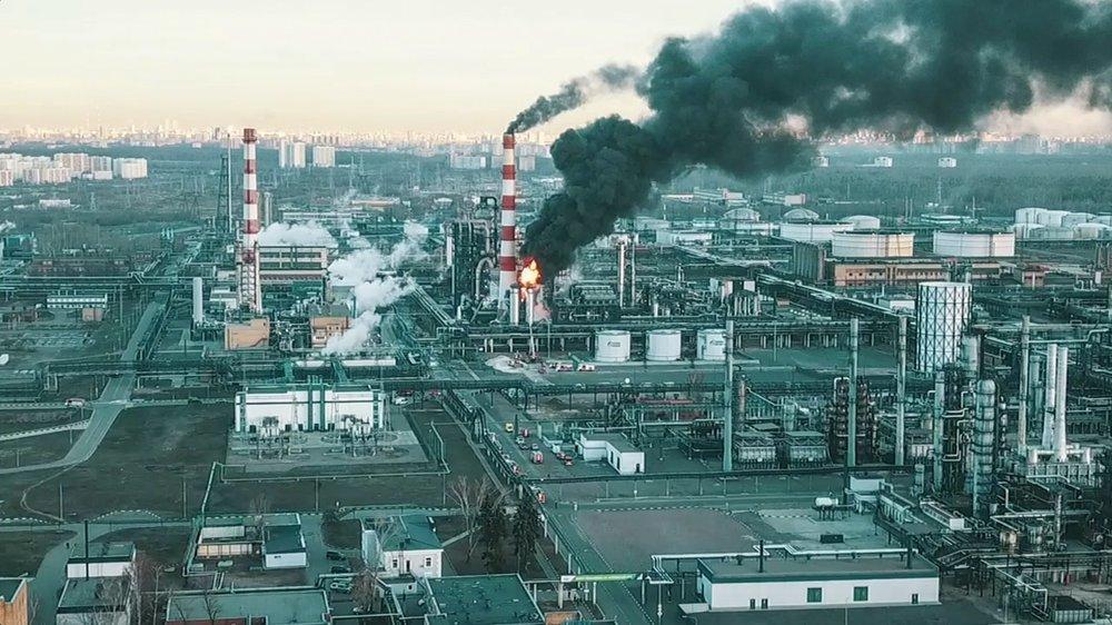 Вид на здание Московского нефтеперерабатывающего завода (МНПЗ), в котором произошел пожар