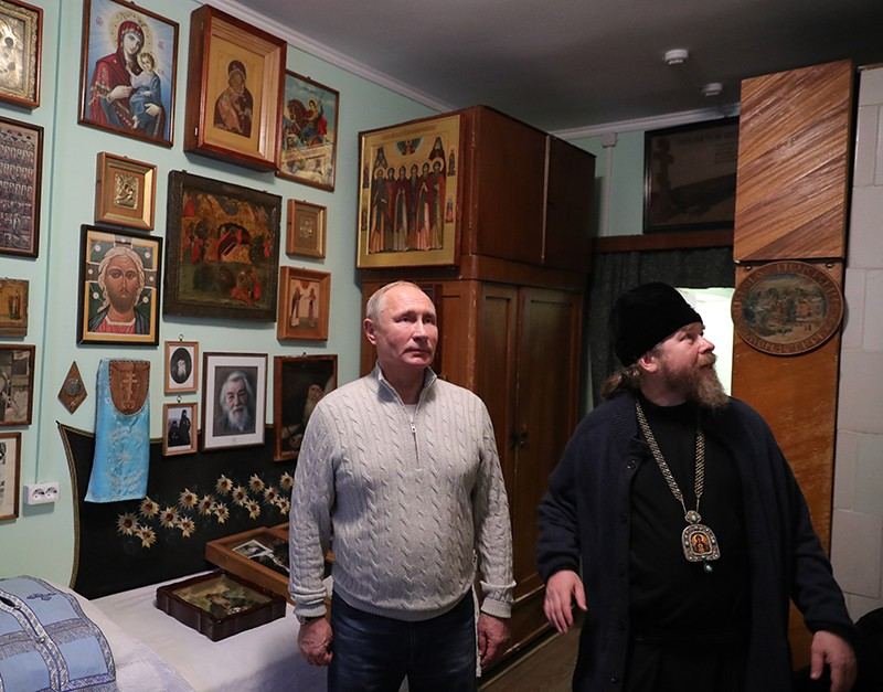 Владимир Путин во время посещения Псково-Печорского монастыря