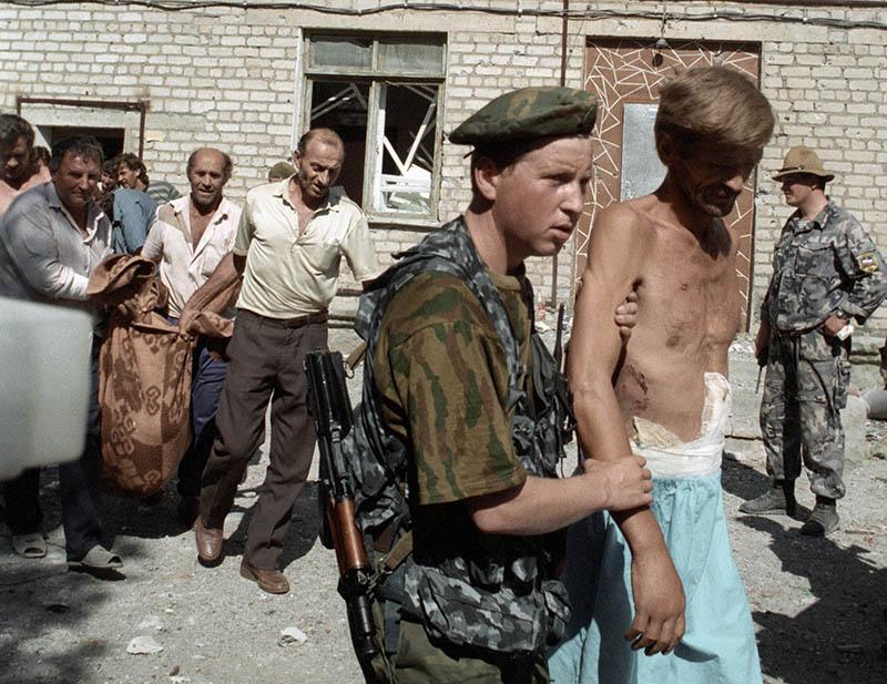 Заложники, захваченные группой чеченских боевиков под руководством Шамиля Басаева в городской больнице города Будённовска