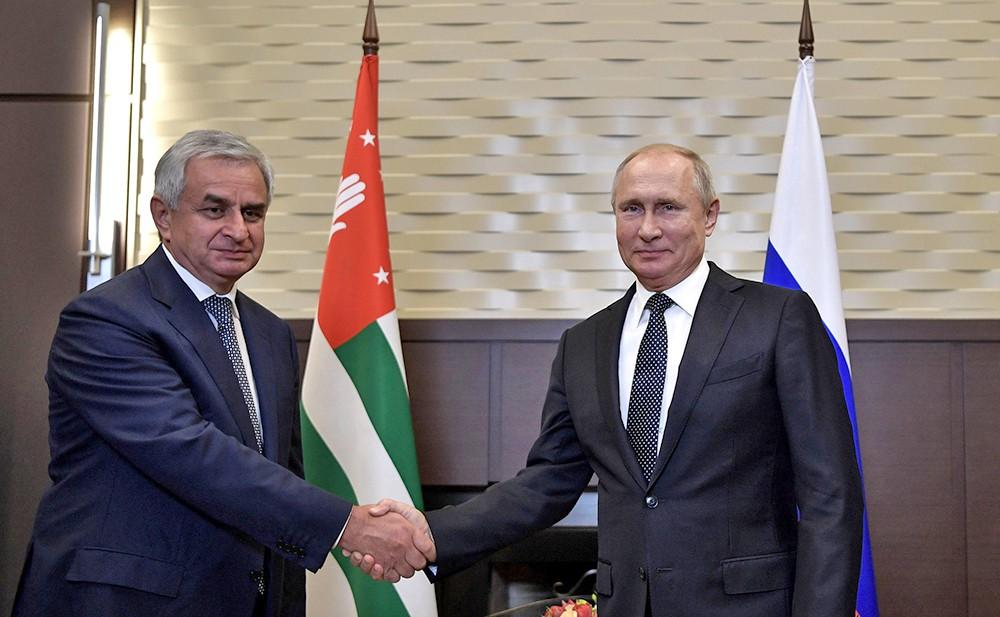 Владимир Путин и Президент Республики Абхазия Рауль Хаджимба