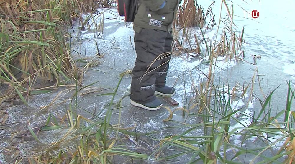 Ребенок ходит по хрупкому льду