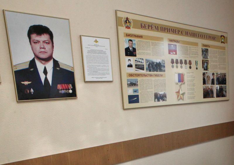 Портрет и описание подвига Олега Пешкова на стене в суворовском училище