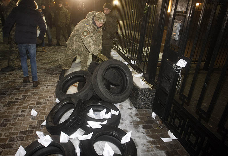 Акция протеста возле российской дипмиссии на Украине