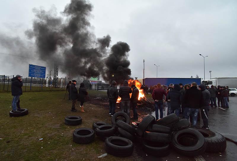 Владельцы автомобилей с иностранной регистрацией жгут автомобильные покрышки и перекрывают дорогу на украинско-польской границе во Львовской области