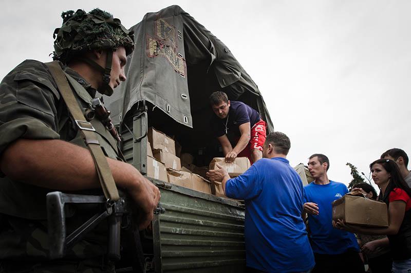 Украинский солдат и мирные жители