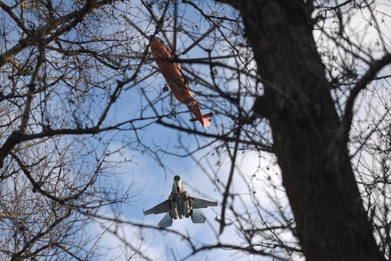 Вертолет Ми-26 перевозит на внешней подвеске истребитель Су-27