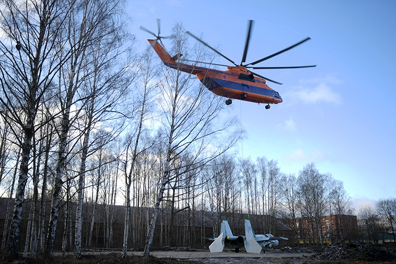 Истребитель Су-27 перевезли на вертолете Ми-26 в Кронштадт