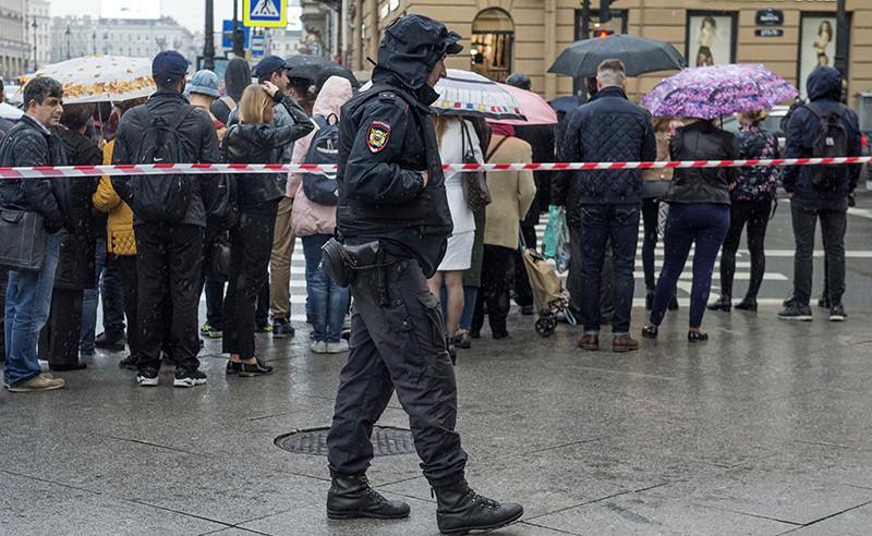 Сотрудник полиции во время эвакуации людей из торгового центра