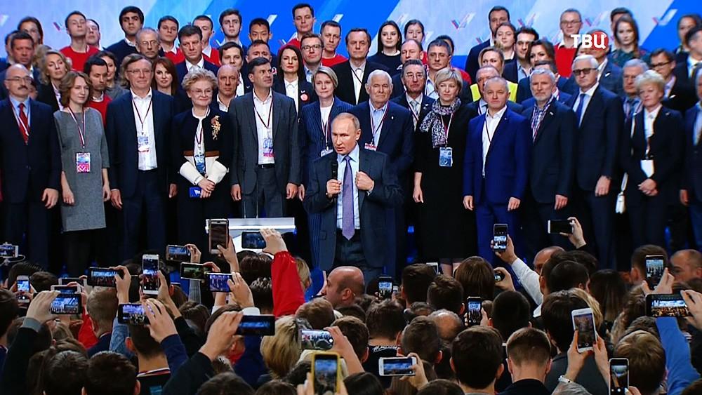 Владимир Путин выступает на съезде Общероссийского народного фронта (ОНФ)