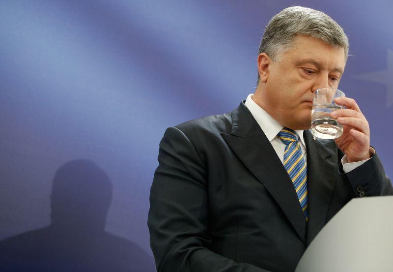 Петр Порошенко со стаканом в руке