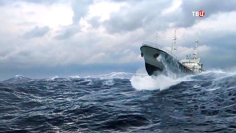 Корабль во время шторма