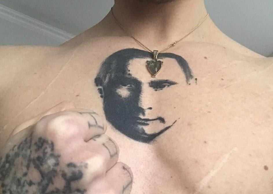 Сергей Полунин с татуировкой на груди
